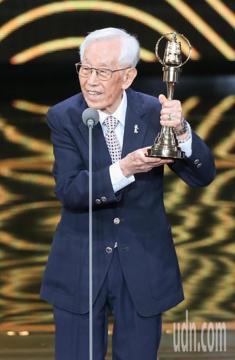 第53屆金鐘獎頒獎典禮在國父紀念館舉行,高振鵬獲頒特別貢獻獎,屈中恆擔任頒獎人。