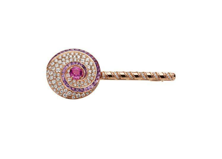 張軒睿配戴BVLGARI FESTA系列頂級彩寶與鑽石棒棒糖造型胸針,玫瑰金鑲嵌...