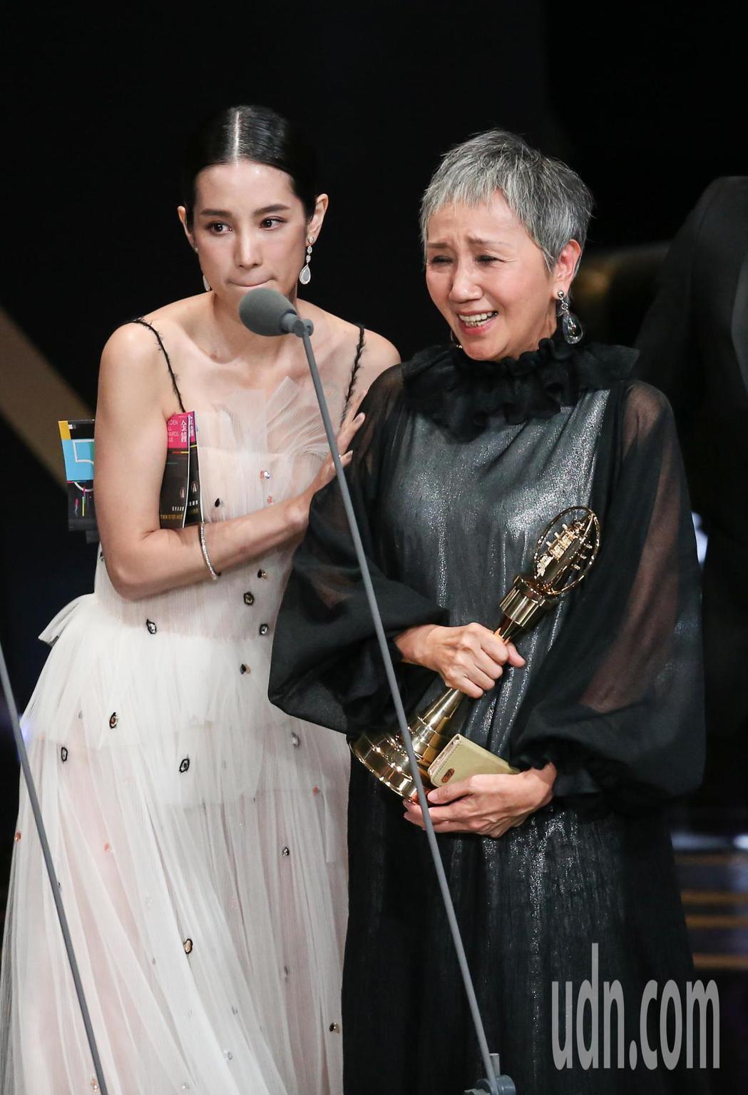 陸弈靜(右)獲迷你劇集(電視電影)女主角獎,頒獎人溫貞菱(左)。記者林澔一/攝影