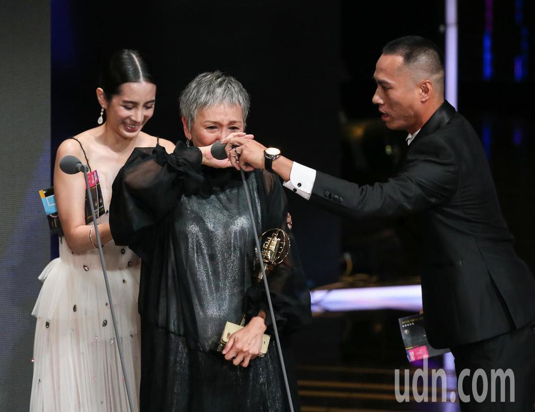 陸弈靜(中)獲迷你劇集(電視電影)女主角獎,頒獎人溫貞菱(左)、莊凱勛(右)。記...