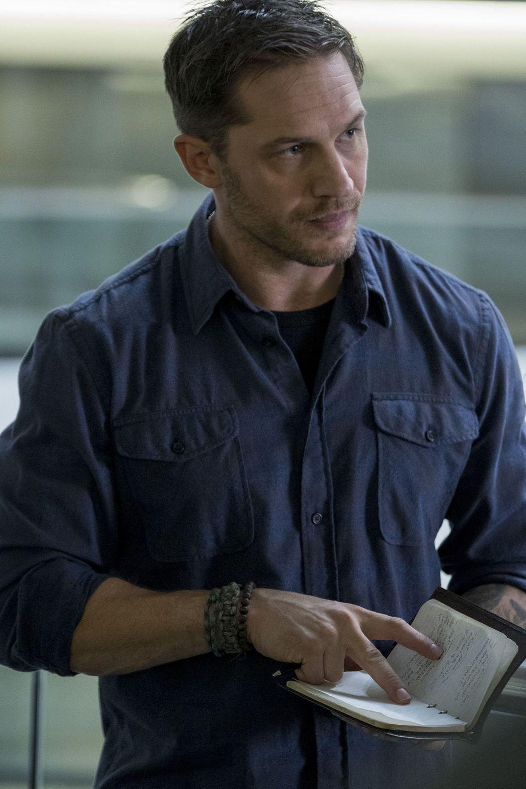 湯姆哈迪在「猛毒」裡面飾演正直的調查記者。圖/索尼提供
