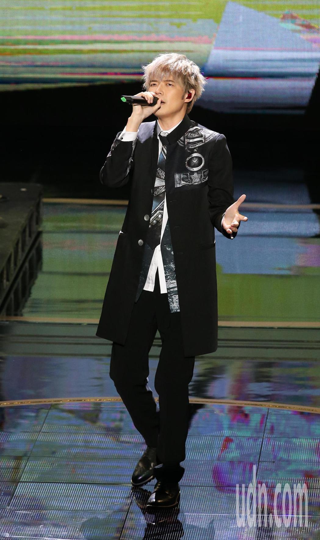 八三夭樂團與吳亮儀服裝團隊「原生IP 讓戲劇跨界」表演。記者林澔一/攝影