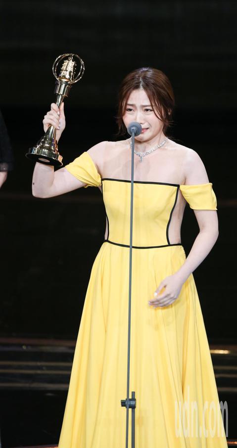 第53屆金鐘獎頒獎典禮在國父紀念館舉行,楊小黎獲戲劇節目女配角獎,上台領獎時激動落淚。