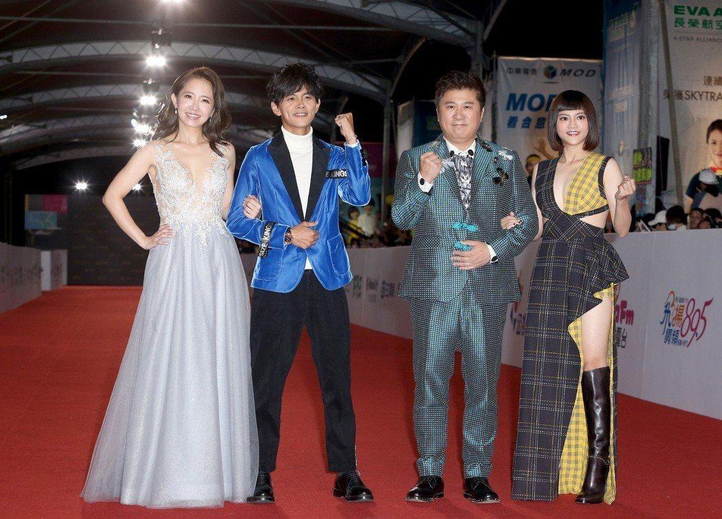 胡瓜(右二)與阿翔(左二)、謝忻(左一)已奪得金鐘獎綜藝節目主持人獎。記者陳立凱