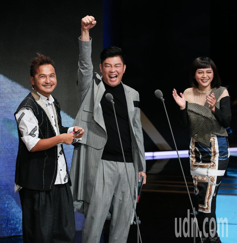 曾國城(中)、KID(左)、瑪莉亞(右)擔任頒獎人,在聽到天才衝衝衝獲益智及實境