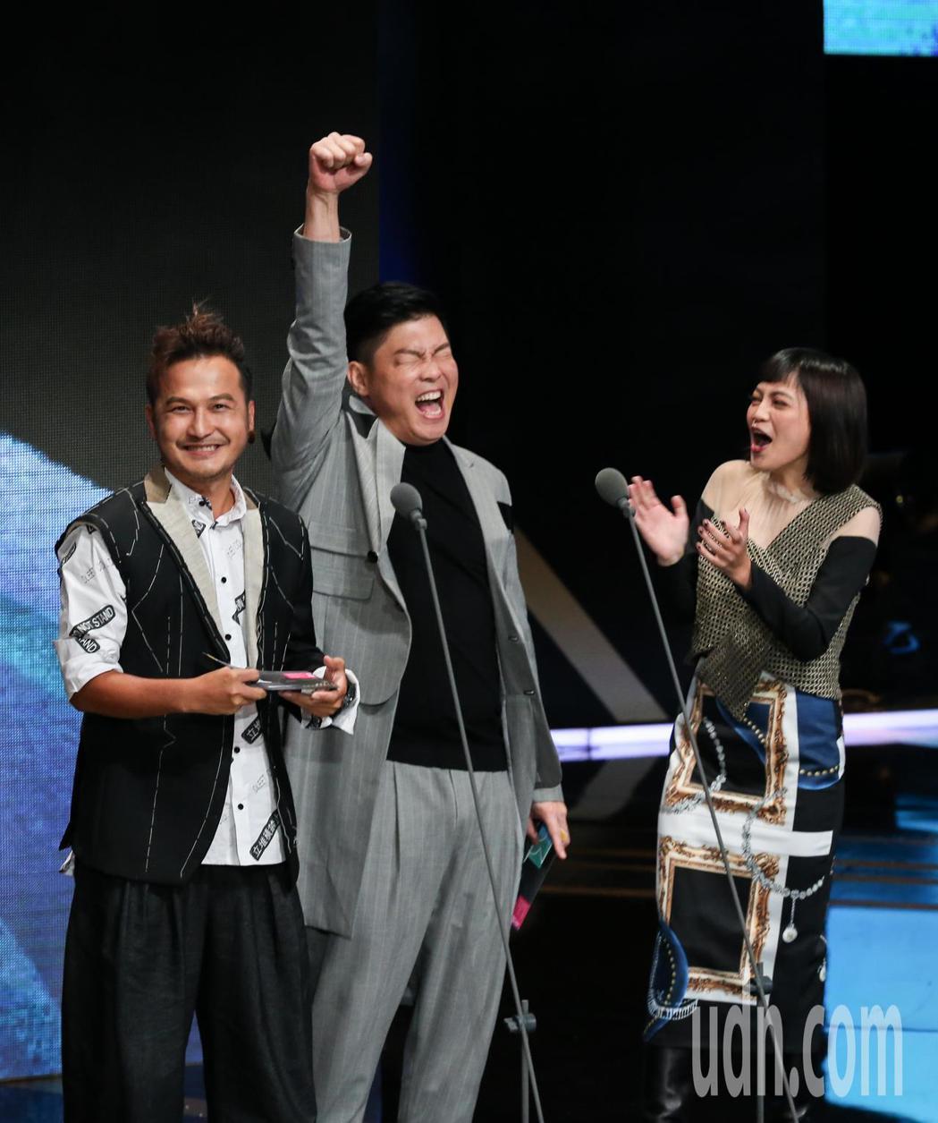 曾國城(中)、KID(左)、瑪莉亞(右)擔任頒獎人,在聽到天才衝衝衝獲益智及實境...
