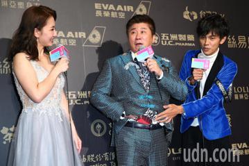 第五十三屆金鐘獎,謝忻(左起)、胡瓜、阿翔獲綜藝節目主持人獎。