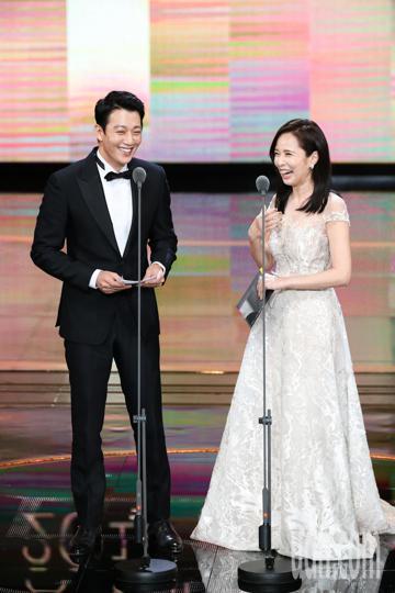 第53屆金鐘獎頒獎典禮在國父紀念館舉行,金來沅與天心擔任頒獎人。