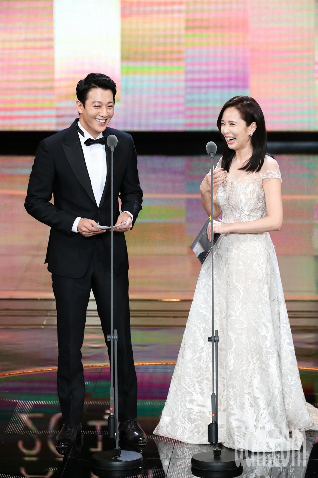金來沅(左)與天心(右)擔任頒獎人。記者林澔一/攝影