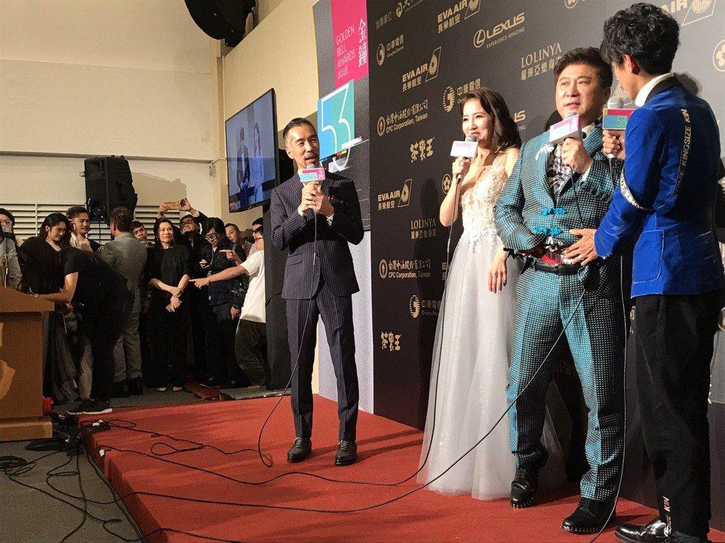 胡瓜、謝忻和阿翔在後台發表感言時,胡瓜拉出幸運紅內褲,原來他真的在意得不得獎。記