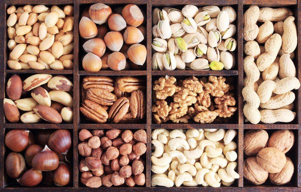 冬季養生可以多吃堅果,堅果是指油脂多的種子類食物,如花生、核桃、板栗、榛子、杏仁...