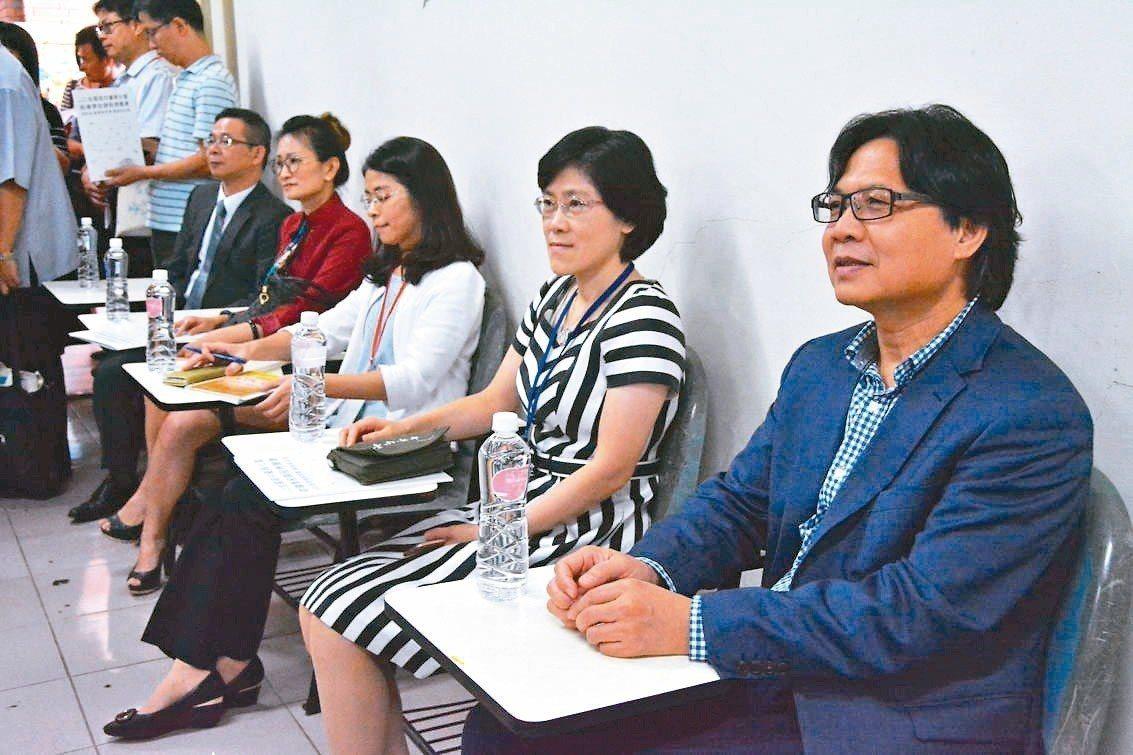教育部長葉俊榮(右一)昨在台下當學生,觀看校長公開授課。 記者吳淑玲/攝影