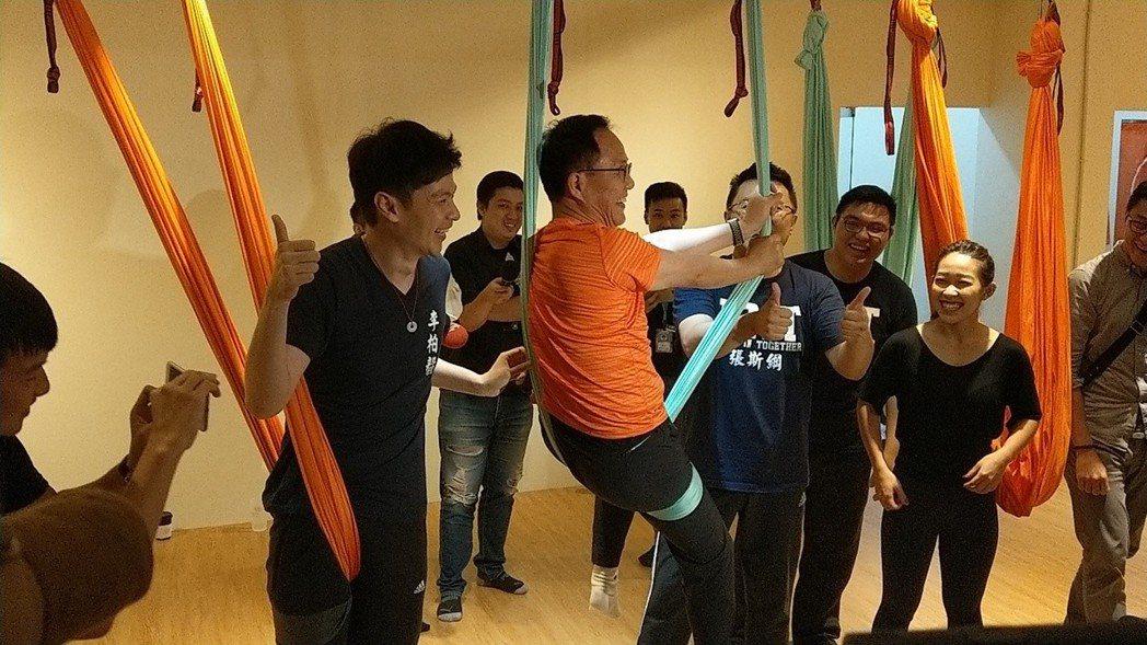 國民黨台北市長參選人丁守中挑戰空中瑜珈。 圖/聯合報系資料照片