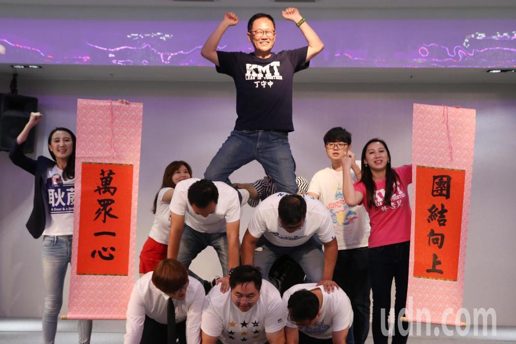 國民黨台北市長參選人丁守中(中)的青年後援會在內湖區舉行成立大會,丁守中在活動現...