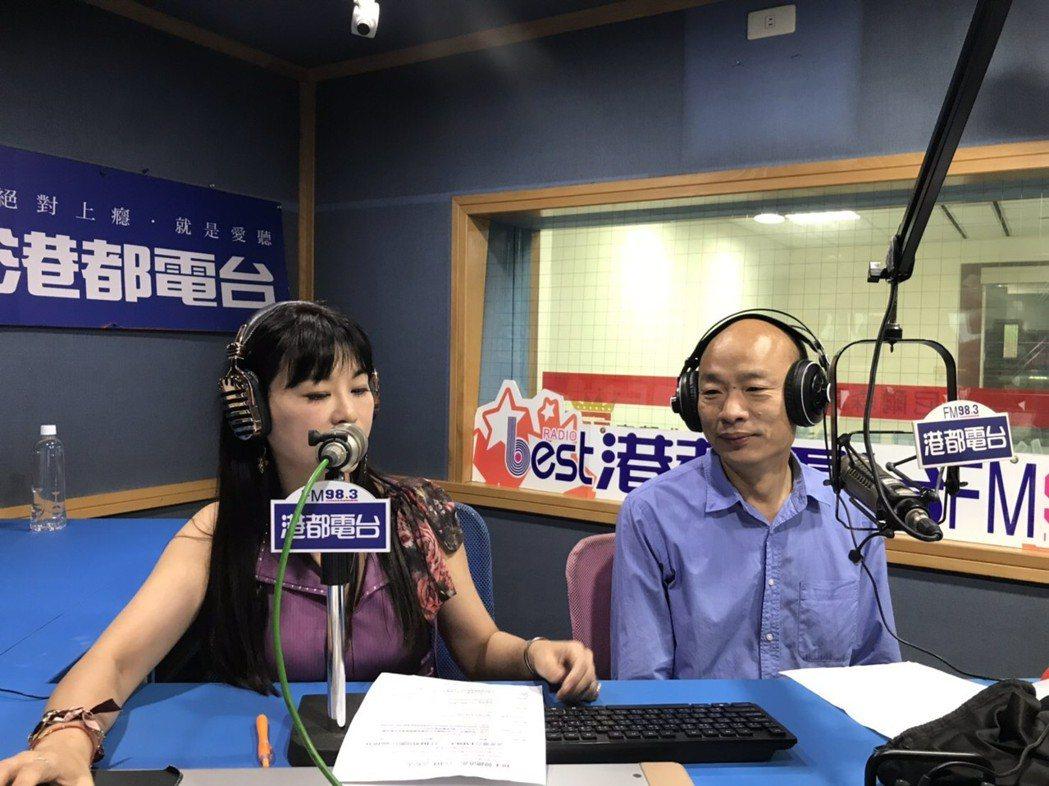 國民黨高雄市長參選人韓國瑜(右)到港都電台當一日DJ。 圖/港都電台提供