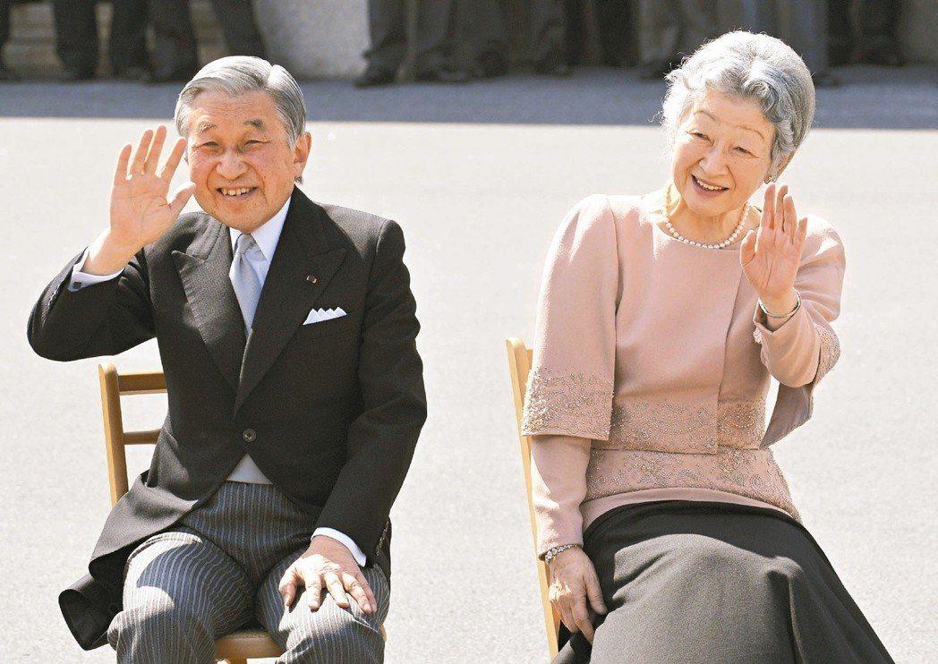 日皇明仁夫婦在東京皇宮慶祝結婚50周年,滿臉笑容向祝福者揮手答謝。 (美聯社)