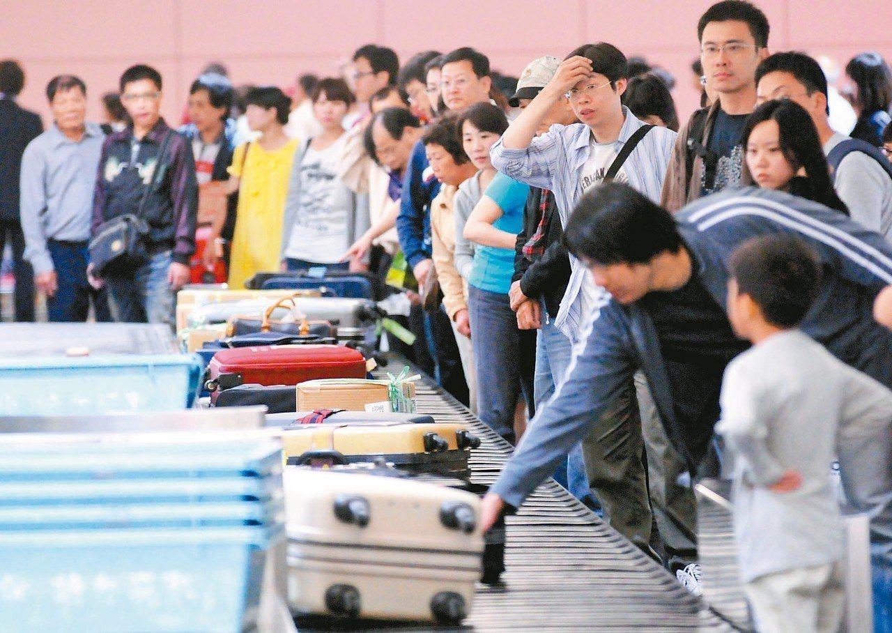 坊間盛傳貼上易碎標籤的行李,或最晚辦理登機手續,行李就有機會較早出現,但航空公司...