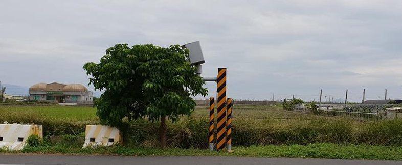 宜蘭壯圍路旁的測速照相機,被笑稱是「佛系測速照相」。 圖/翻攝自爆廢公社