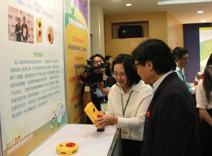 教育部長葉俊榮參訪中國科大攤位,聽取陳儷文簡報與說明。 校方/提供