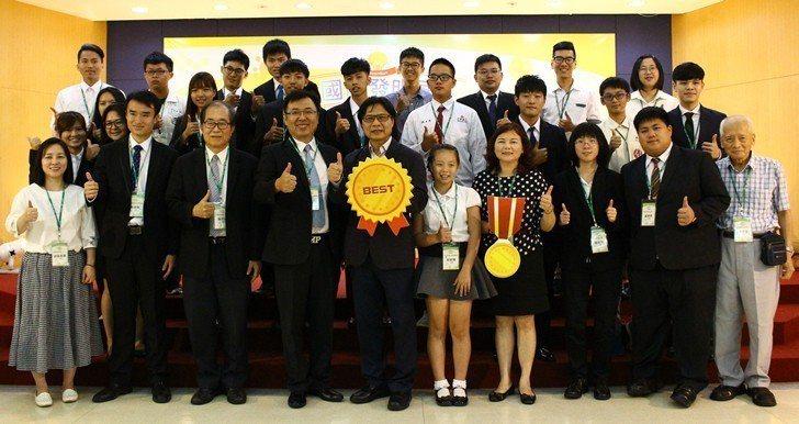 教育部長葉俊榮與全體發明展學生代表合影。 校方/提供