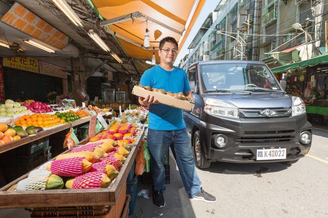 盛月蔬果年輕頭家許廷華體驗全新中華菱利A190。 記者陳立凱/攝影