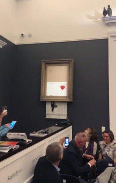 畫作被拍出後瞬間自毀,在場人士目燈口呆。 (美聯社)