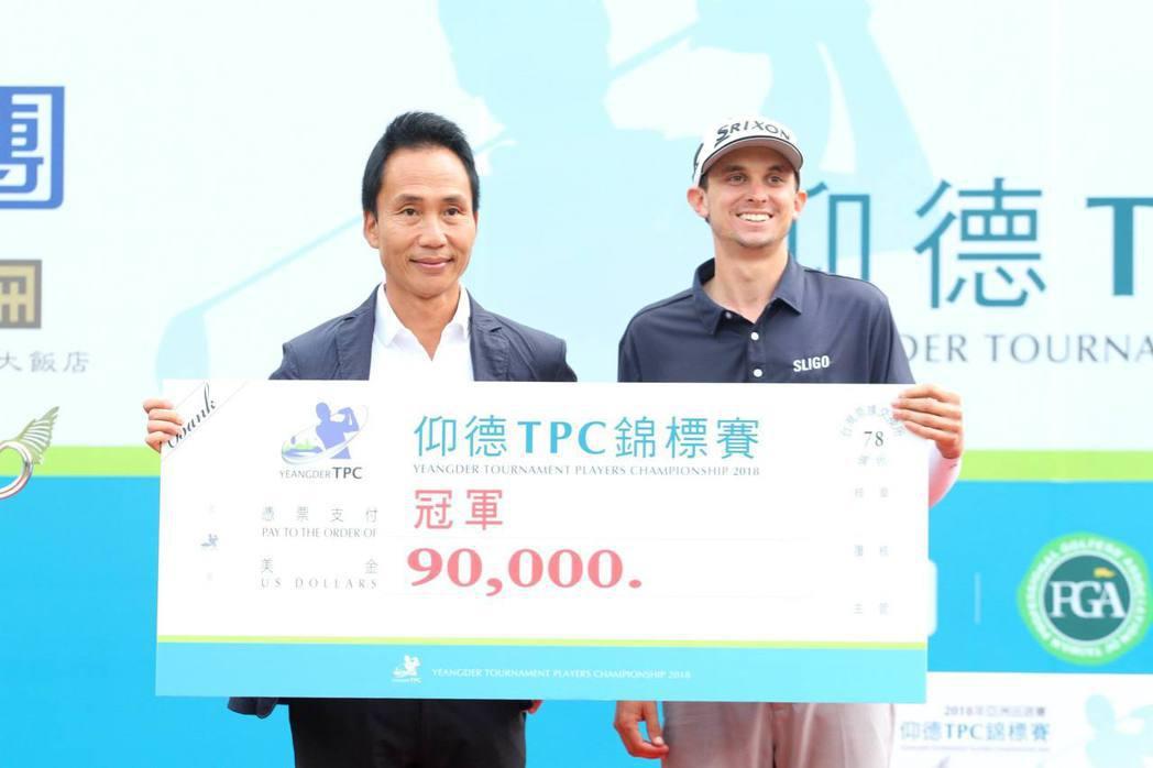 本屆冠軍John Catlin(右)獨得獎金9萬元美金,John說是賽前和許董事...