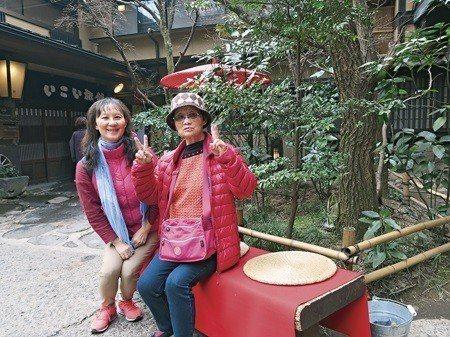 這趟旅程中,母女倆合影於黑川溫泉,老媽開心比YA (照片/李淑華提供)