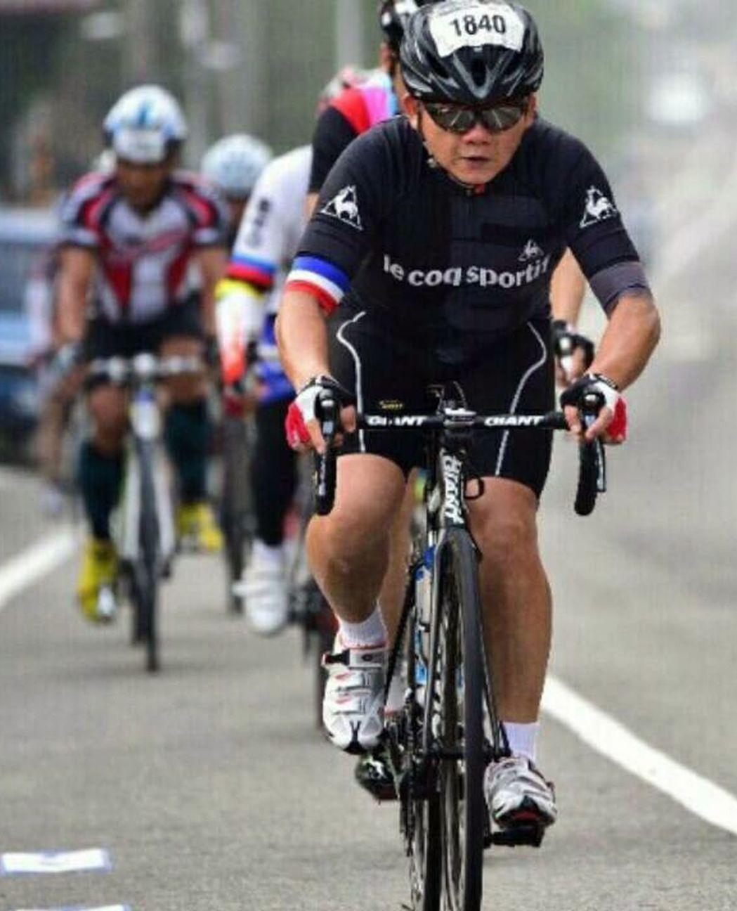 林姓車床師傅(右)罹患口腔癌後,靠著熱愛的騎單車挑戰台灣各山頭,保持良好的體力與...