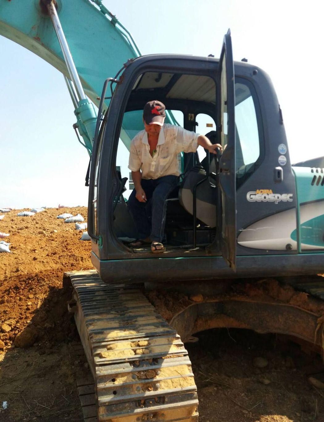 陳姓挖土機司機罹患舌癌,並且留置胃造廔,他自己種菜、煮食材灌食,回到工作職場,樂...