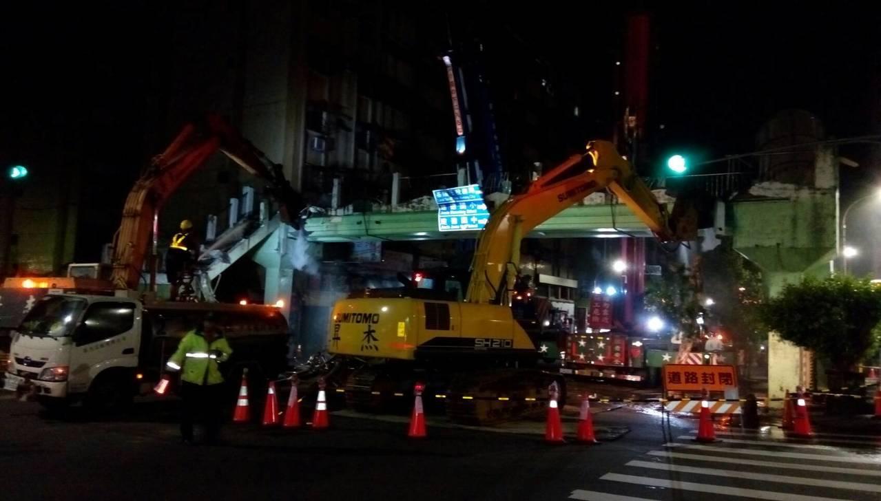 基隆市安樂路二段人行天橋因近年使用率低,市府在前晚封路拆除。記者游明煌/翻攝