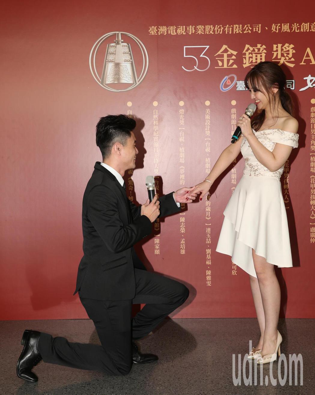 陳家頤(右)奪下「自然科學紀實節目主持人獎」,晚間在慶功宴上主持人陳家頤未婚夫也
