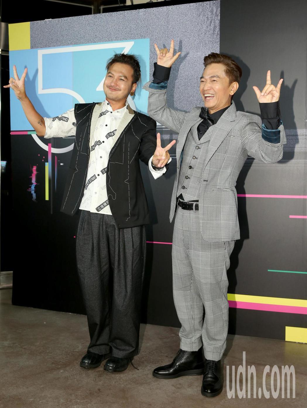 KID(左)與吳宗憲(右)獲第53屆金鐘獎益智及實境節目主持人獎,在三立慶功宴上