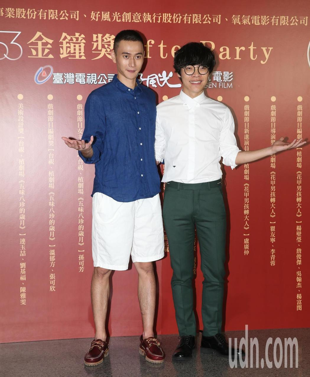 劉冠廷(左)、盧廣仲雙雙敲鐘。記者葉信菉/攝影