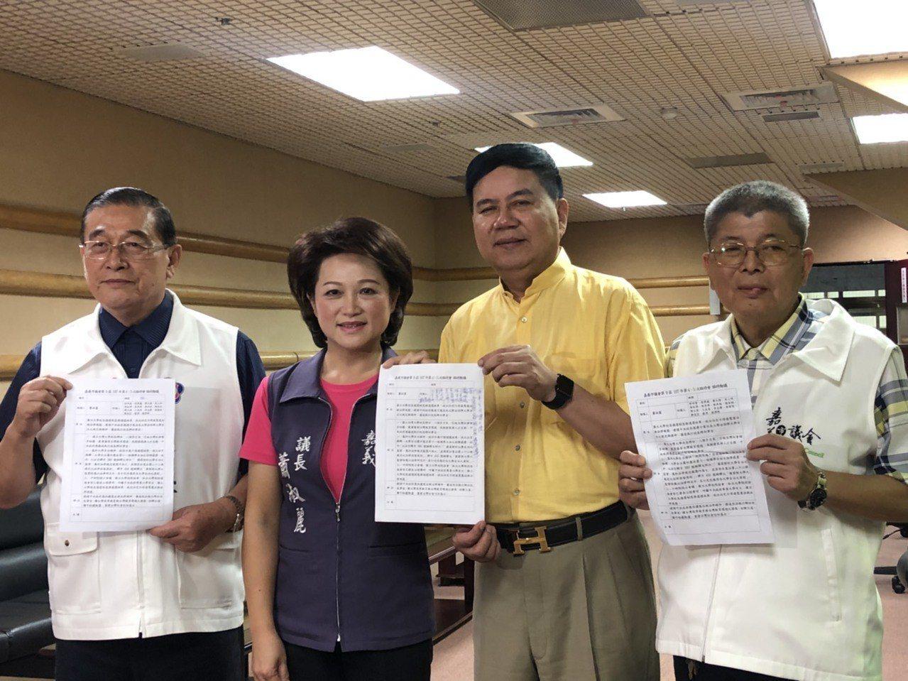 為何對「拔管案」發聲,嘉義市議長蕭淑麗(左二)說,她也不認識管中閔、沒私交,是挺...