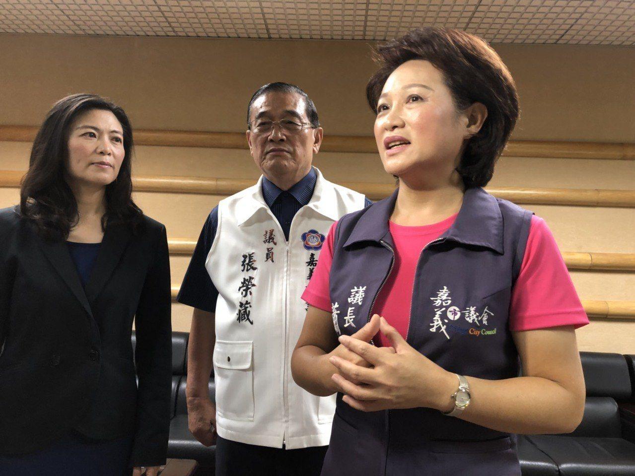 為何對「拔管案」發聲,嘉義市議長蕭淑麗(右)說,她也不認識管中閔、沒私交,是挺民...