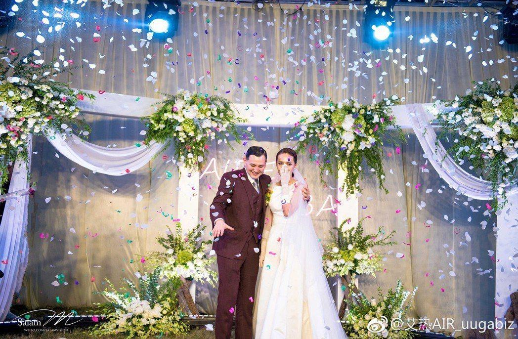 艾熱(左)跟老婆Ziba今年8月在女方家補辦婚禮。圖/摘自微博