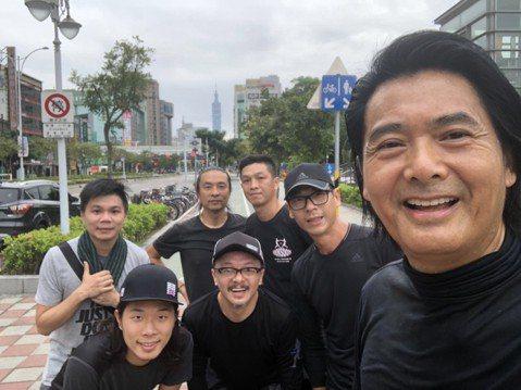 由兩位金馬影帝周潤發與郭富城,聯手主演的「無雙」在台已上映。為了和台灣影迷相見,周潤發昨日抵台準備出席今日下午電影映後活動。在此之前63歲的他維持一慣的運動習慣,今天一早和保鑣到大安森林公園慢跑,沿...