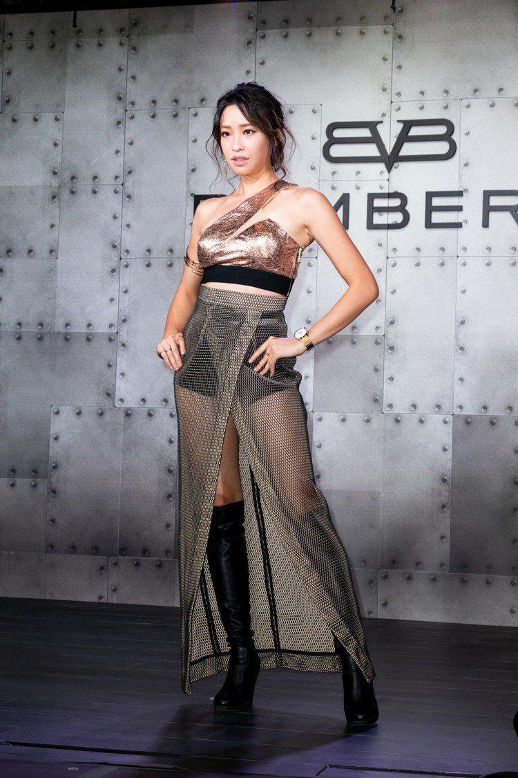 袁詠琳難得秀出辣腿,以透視裝搭配BB-01系列女表,約18,300元。圖/記者陳...