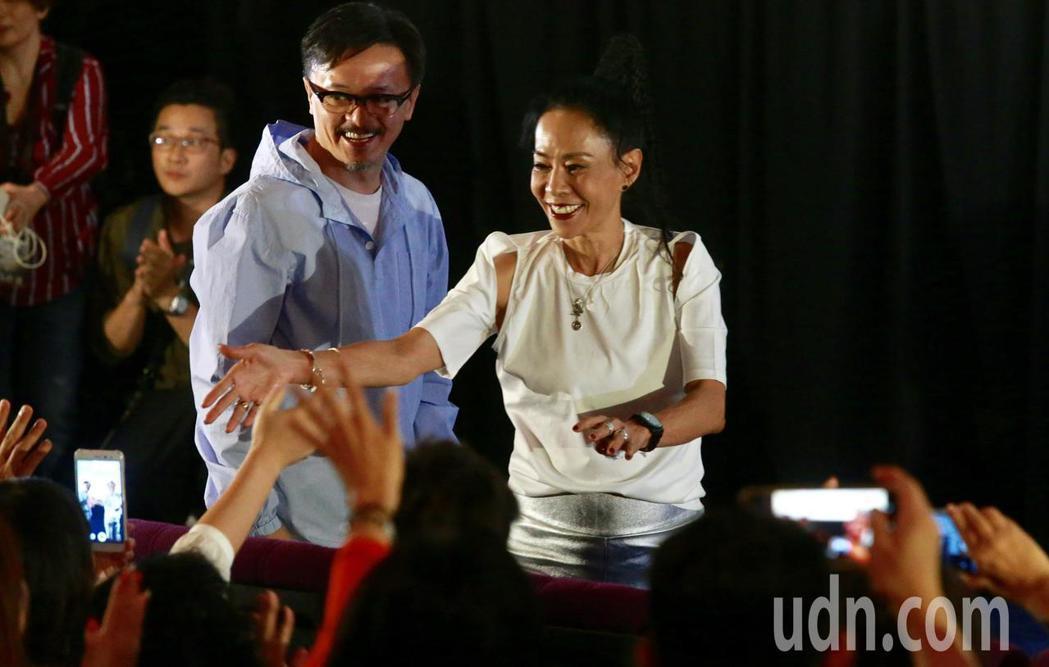 周潤發和發嫂(圖)在劇院內與影迷同樂。記者黃義書/攝影
