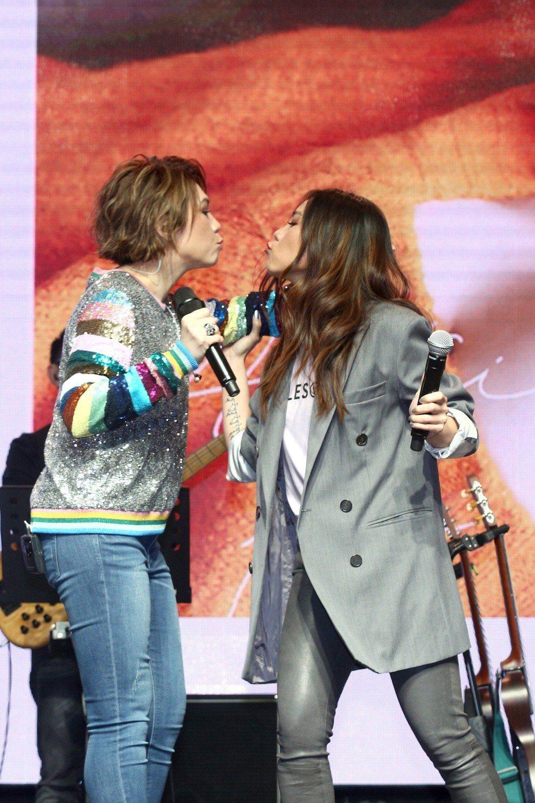 陳潔儀(左)跟好友蔡健雅作勢玩親親。圖/大潮音樂提供