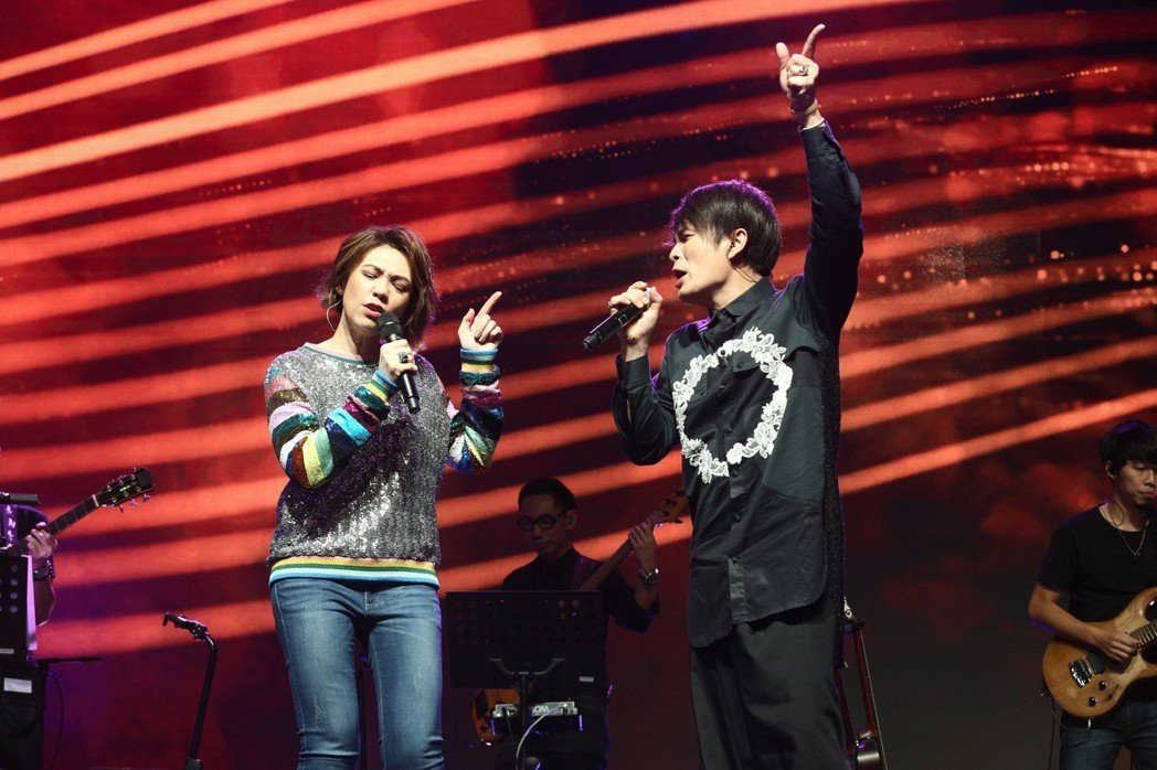 陳潔儀(左)跟潘協慶同台飆唱「拔河」。圖/大潮音樂提供