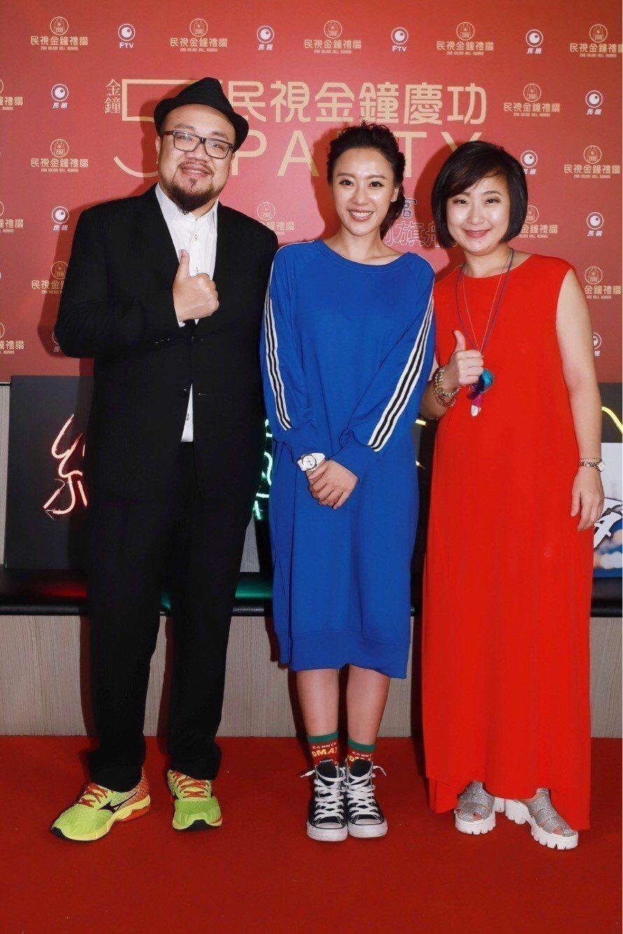 廖怡裬(右起)、方宥心、導演葉天倫出席金鐘慶功宴。圖/民視提供