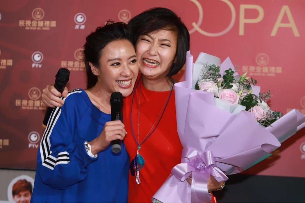 廖怡裬(右)拿下金鐘迷你劇女配角,方宥心比她還開心。圖/民視提供