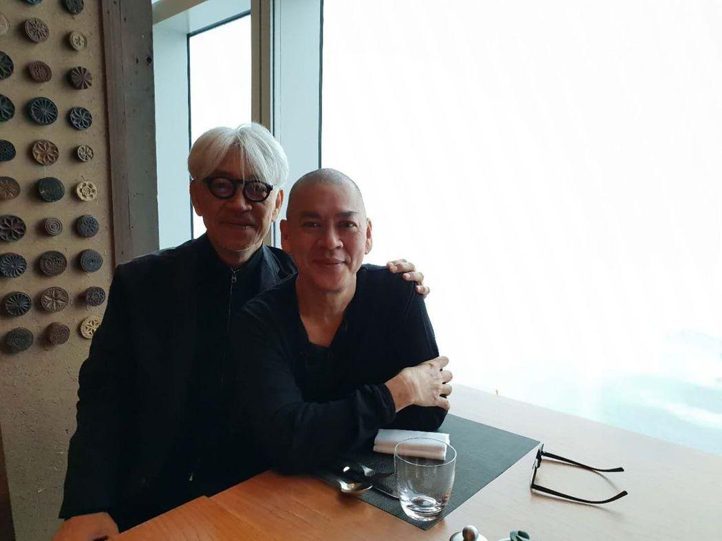 蔡明亮(右)、坂本龍一(左)在釜山享用早餐。圖/汯呄霖提供