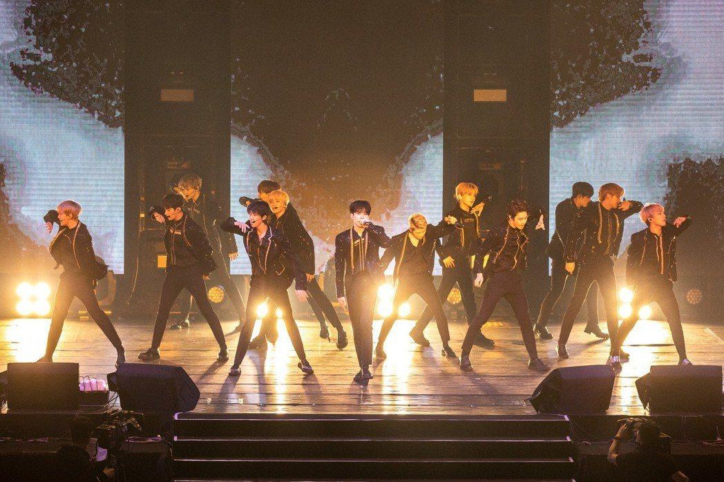 SEVENTEEN舞蹈隊形令人目不暇給。記者李姿瑩/攝影