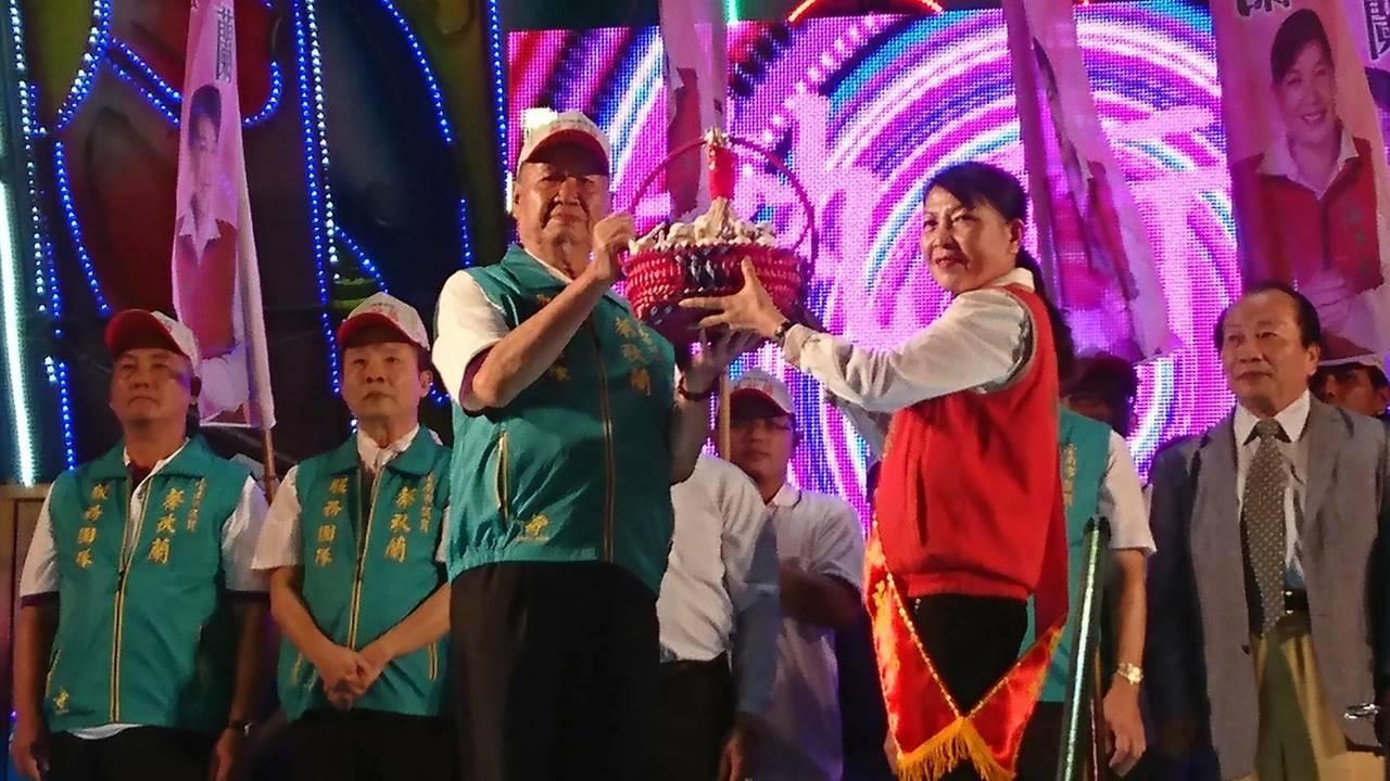 台南市議員蔡秋蘭(紅色背心者)今晚在佳里區成立競選總部,會場熱鬧滾滾。圖/蔡秋蘭...