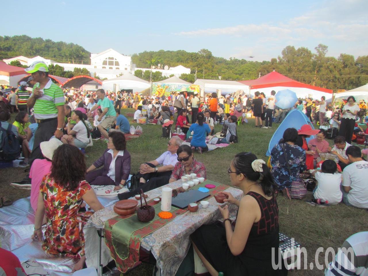南投世界茶業博覽會今天下午舉行千人茶席,吸引大批愛茶人士參加。記者張家樂/攝影