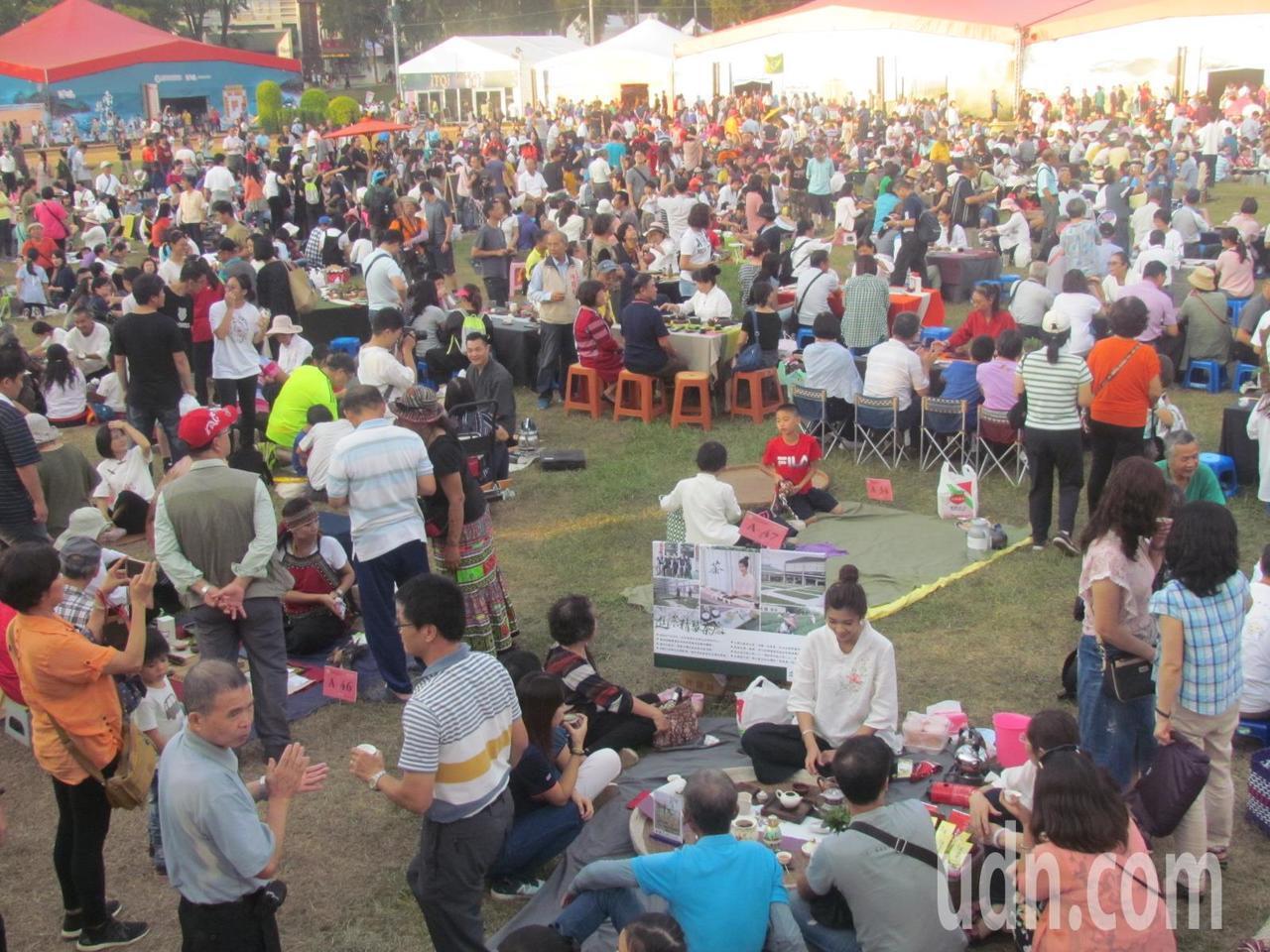 今天的千人茶席活動, 有不少人是全家一起來。記者張家樂/攝影