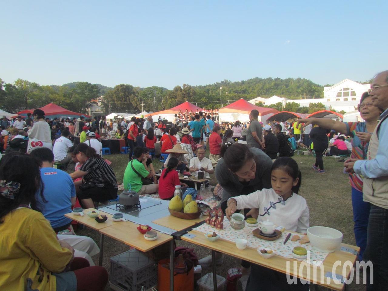 南投世界茶業博覽會的千人茶席,有小小泡茶師來執壺。記者張家樂/攝影